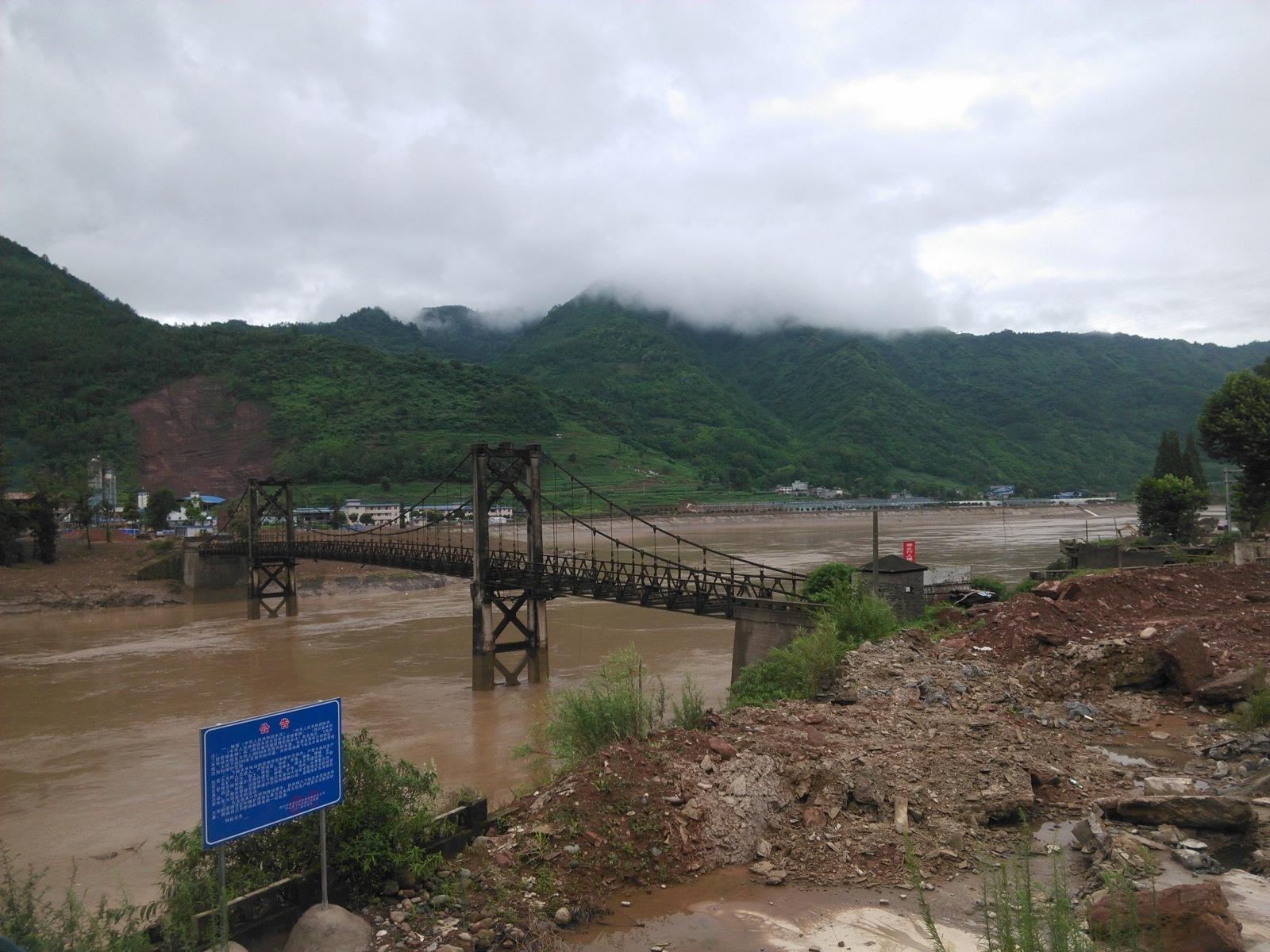一条废弃的钢架桥