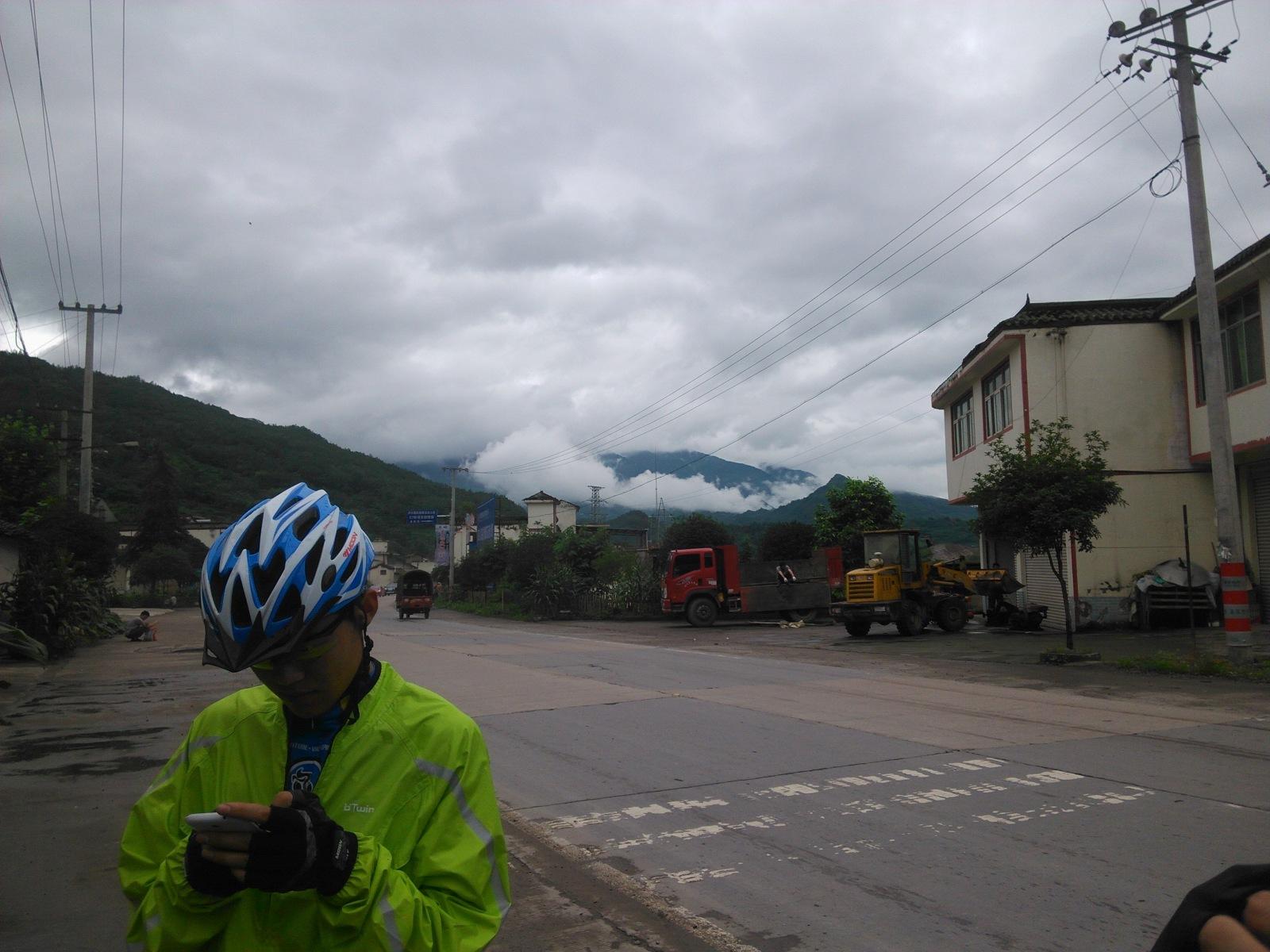 特别喜欢这种云缠绕在山腰的景象:-)