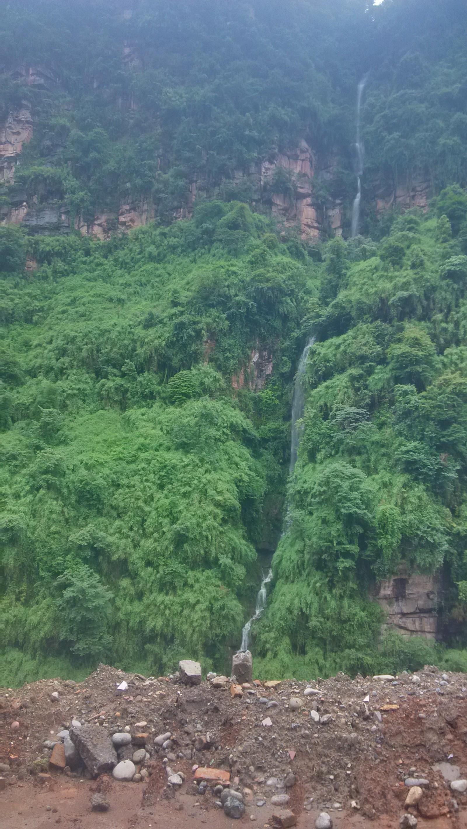山上也有水流下来的哈,挺有意思的,瀑布一样