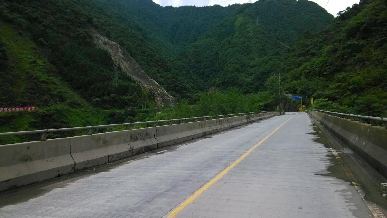 通向了山的更深处的桥