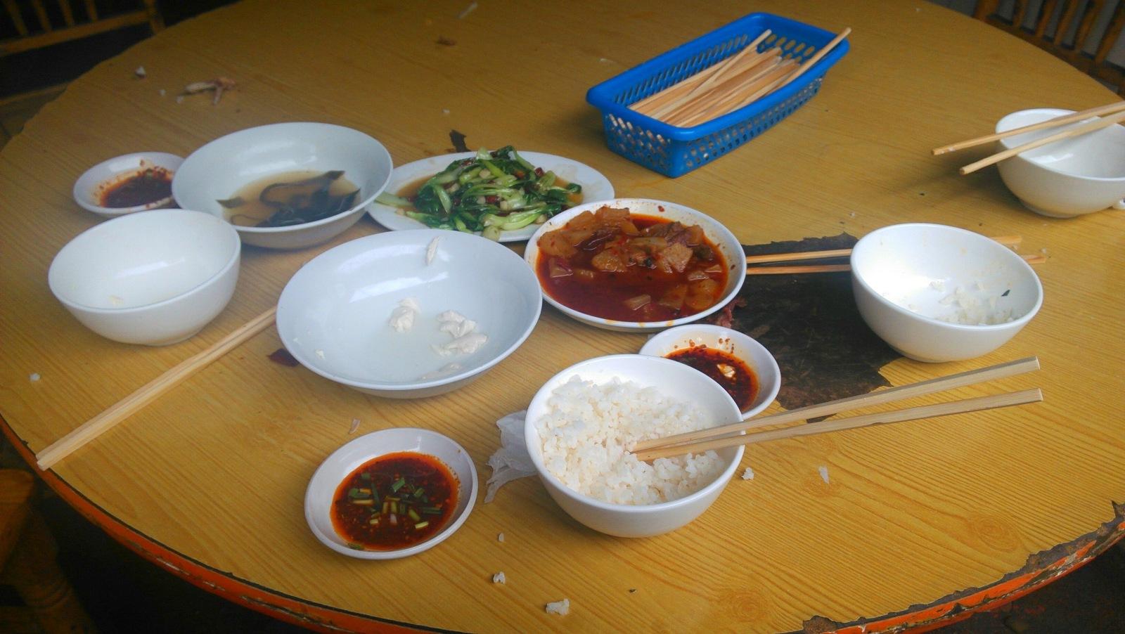 这半山腰的饭不是很好吃,米半生不熟的