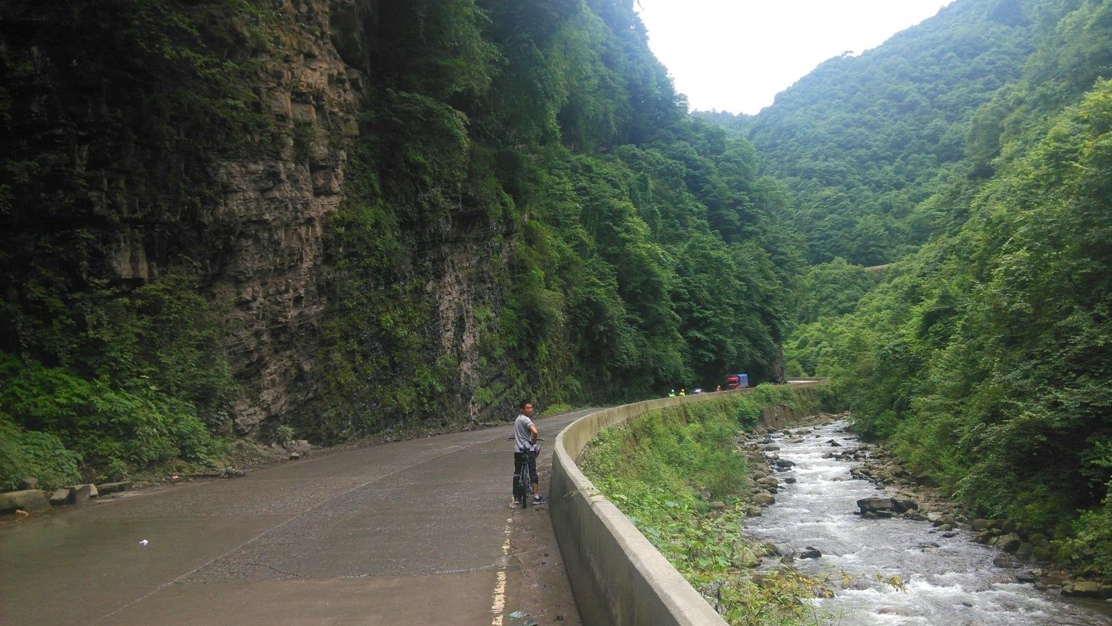 爬二郎山咯,一路上坡,看这路都是横着给山劈一块下来修的,川藏线那个一公里牺牲一人的传说真的很有可能啊