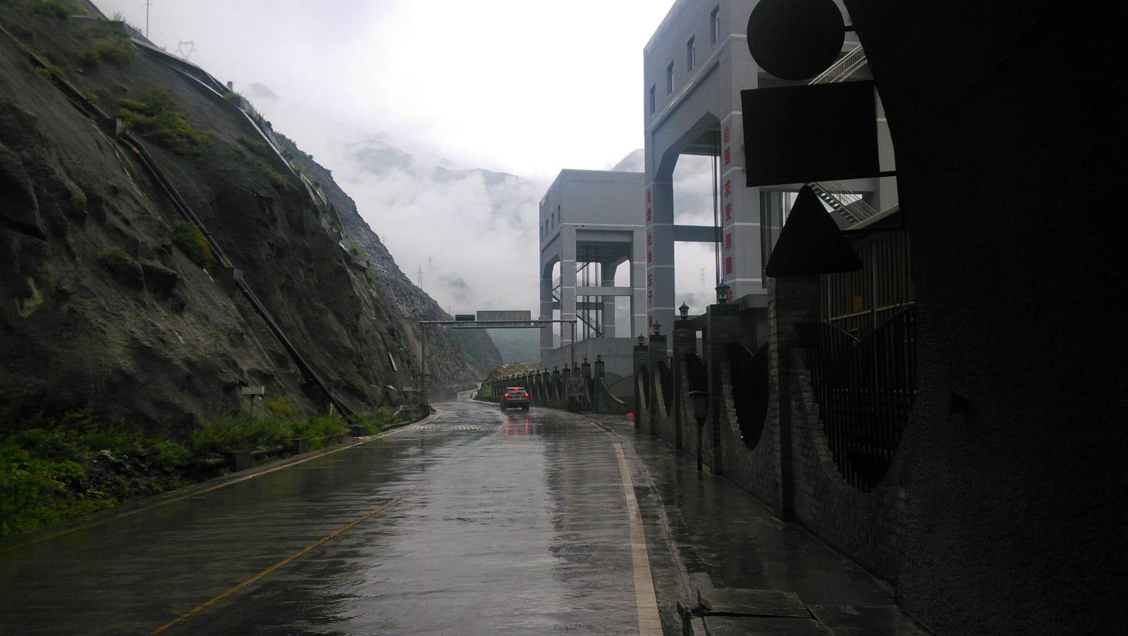 一出泸定伴着江水就是高架路,隧道,给人一种城堡间穿梭的诡异感觉