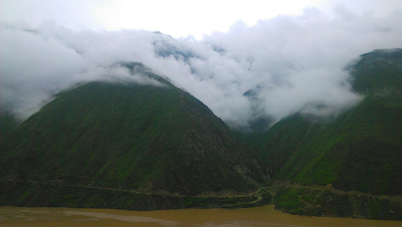 雾气扑洒在所有山头