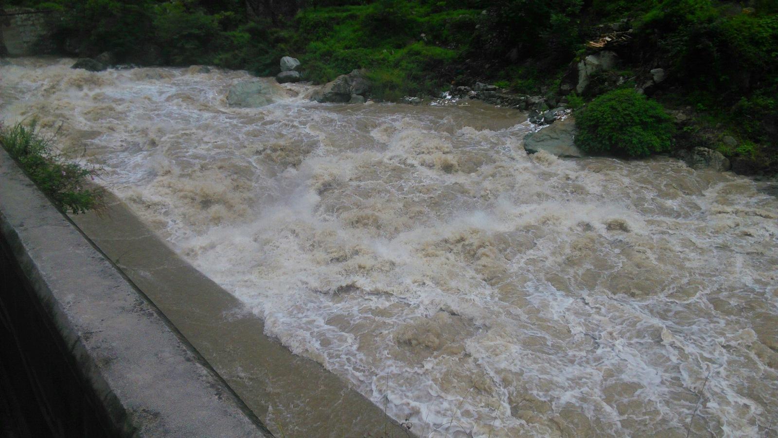 河水狂奔而下