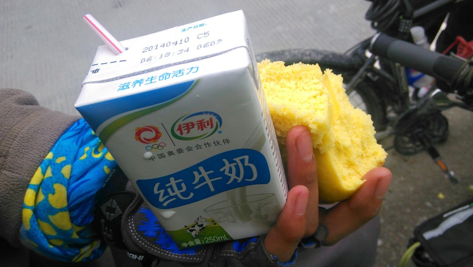 亮哥帮忙买来的牛奶,他说3块钱一盒并怀疑售货员弄错了