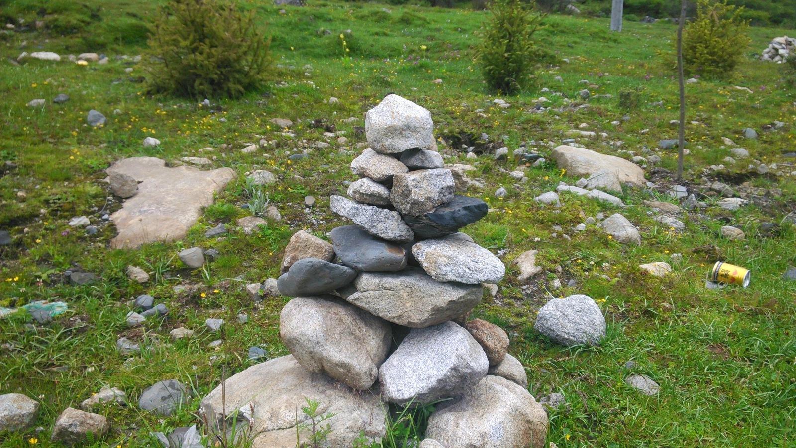 玛尼堆,用山上神圣的石头堆砌而成的神堆