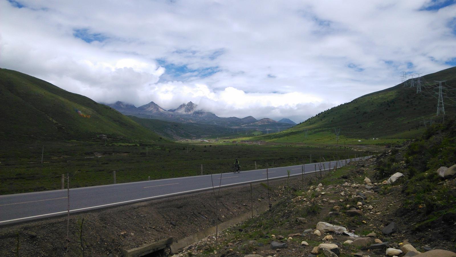 怀着圣神的景仰之情看看来时的路以及远处的高山