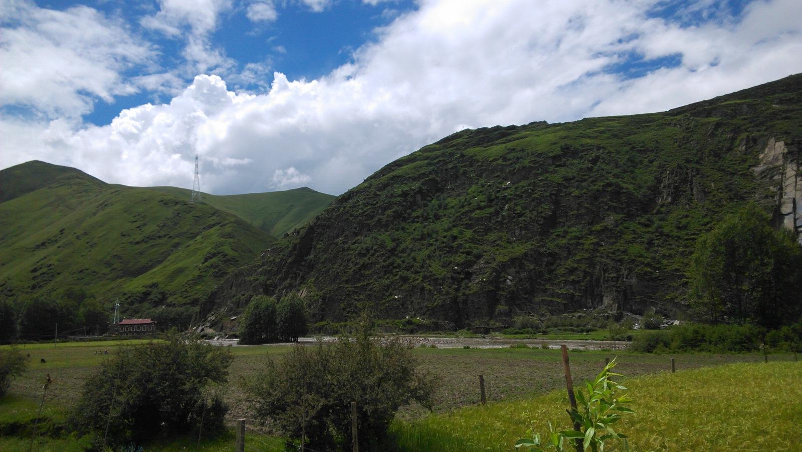 这边的山就比较高了,植被也比较浅,看起来有一种淡淡的Windows XP风格,哈哈