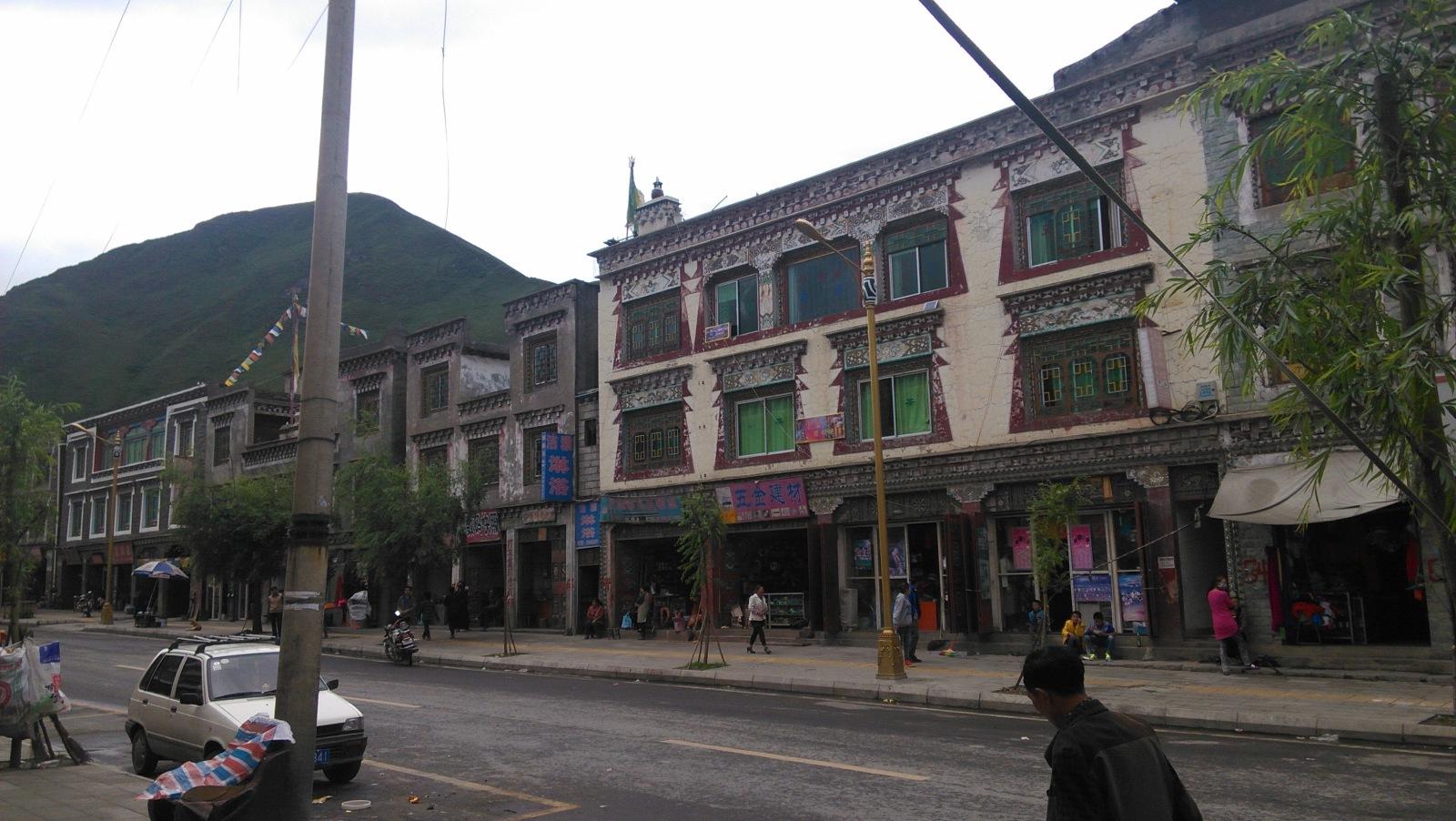 新都桥镇的建筑,有点藏式韵味了~这里也算是真正的藏区了(地点还是在四川境内)