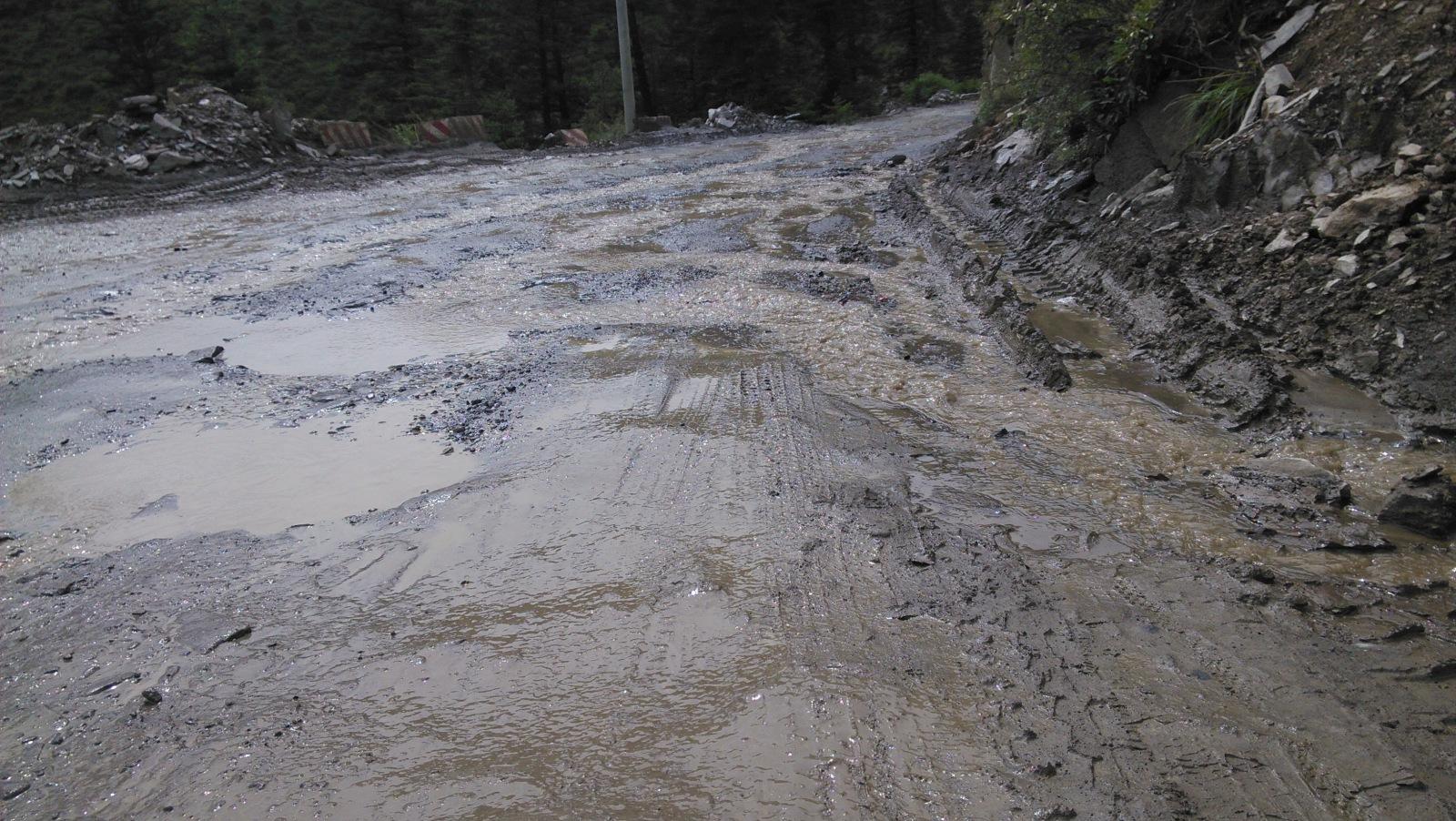 十多公里这样的下坡,越野爽惨了,一路胎爆了两三次