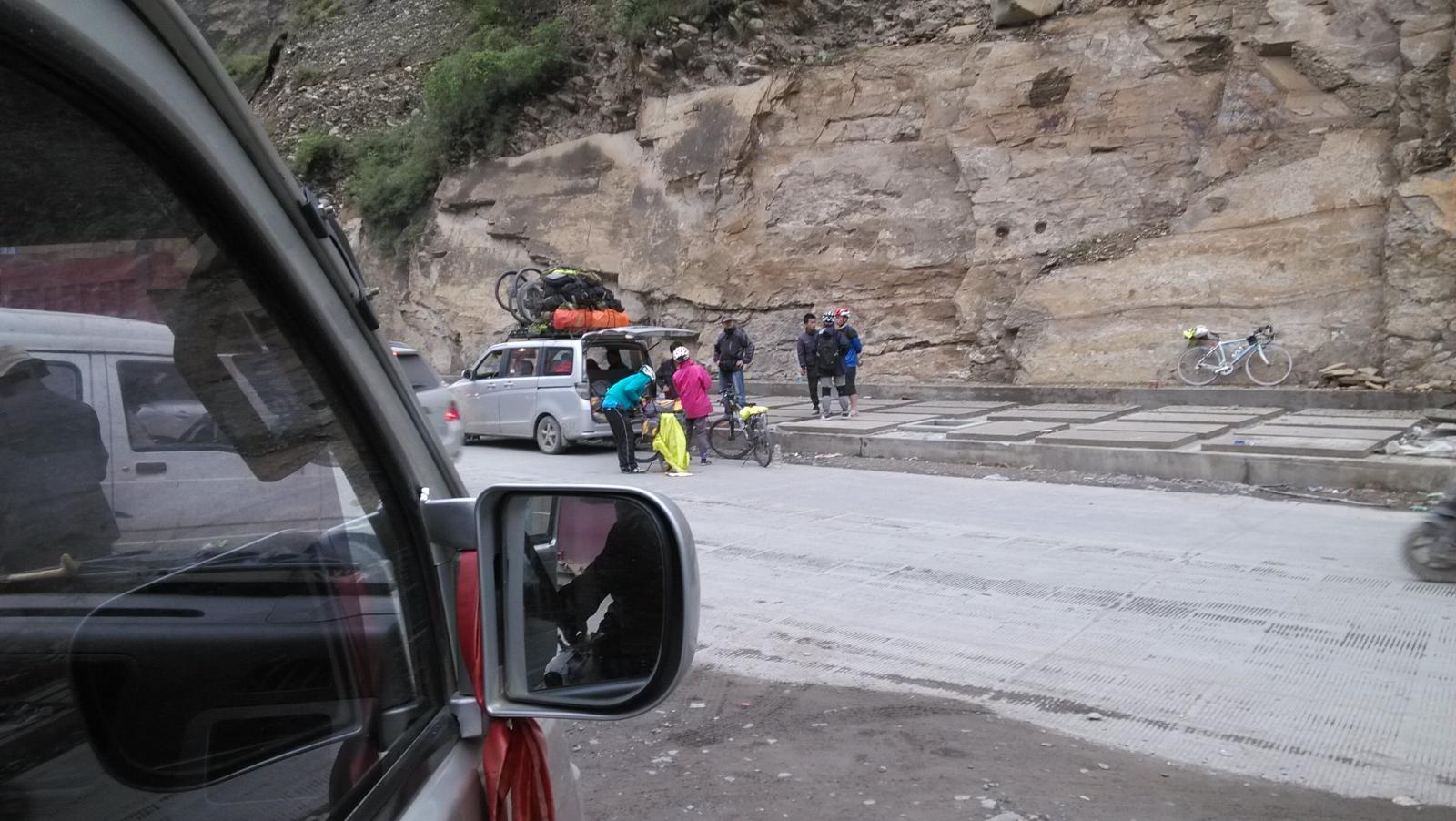 到了雅江路口,不住雅江,直接去相克宗村,有15公里~直接坐车的哈,师傅开车一会儿就到了