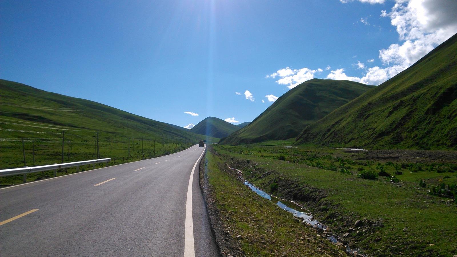 前面一马平川过去就是最后一座山了,敞开了骑吧,别管什么累啊渴的:D