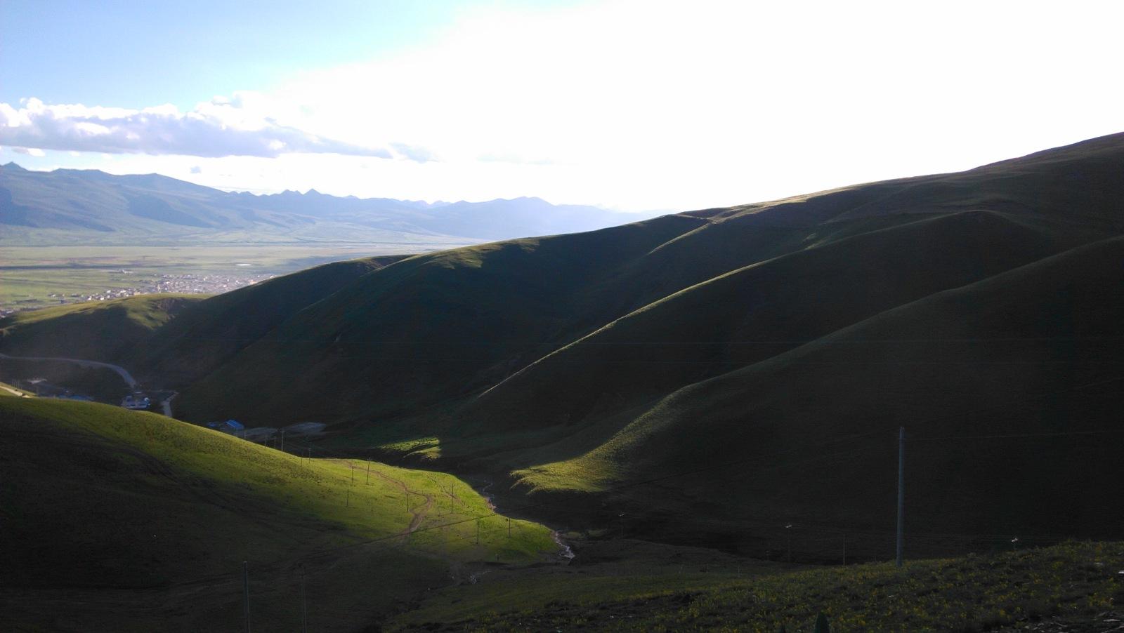依偎着理塘的群山,在夕阳的照射下,这几个山头显得特别有韵味