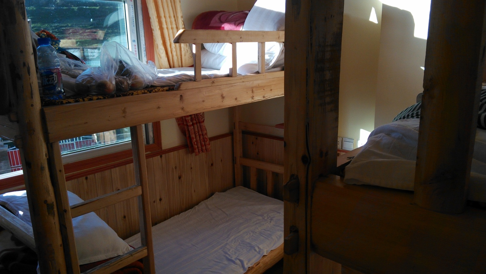 卖水果的说,在这样的高原,家里弄得起两套儿木头家具,那就是大户人家了,这旅店、、一切都是木的!