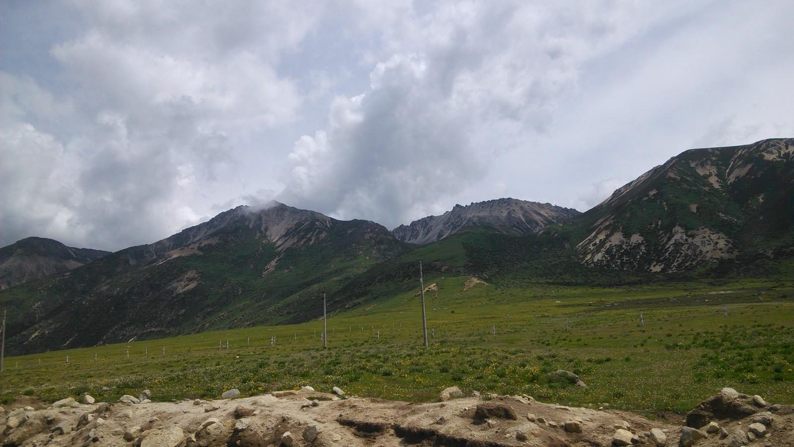 远处特殊地貌的山