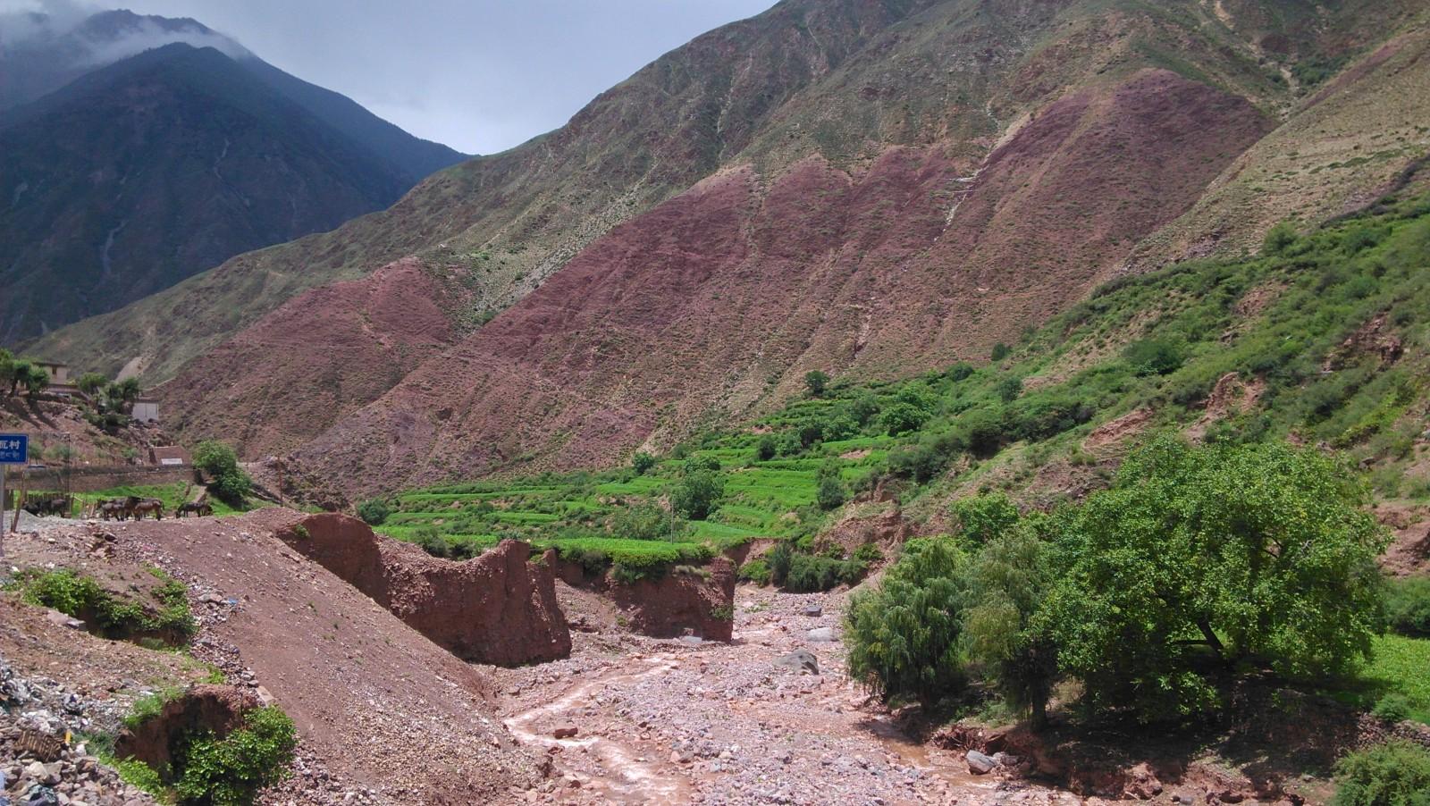 被河流冲蚀的山谷,算是比较湿润的地带了哈proc,constraction
