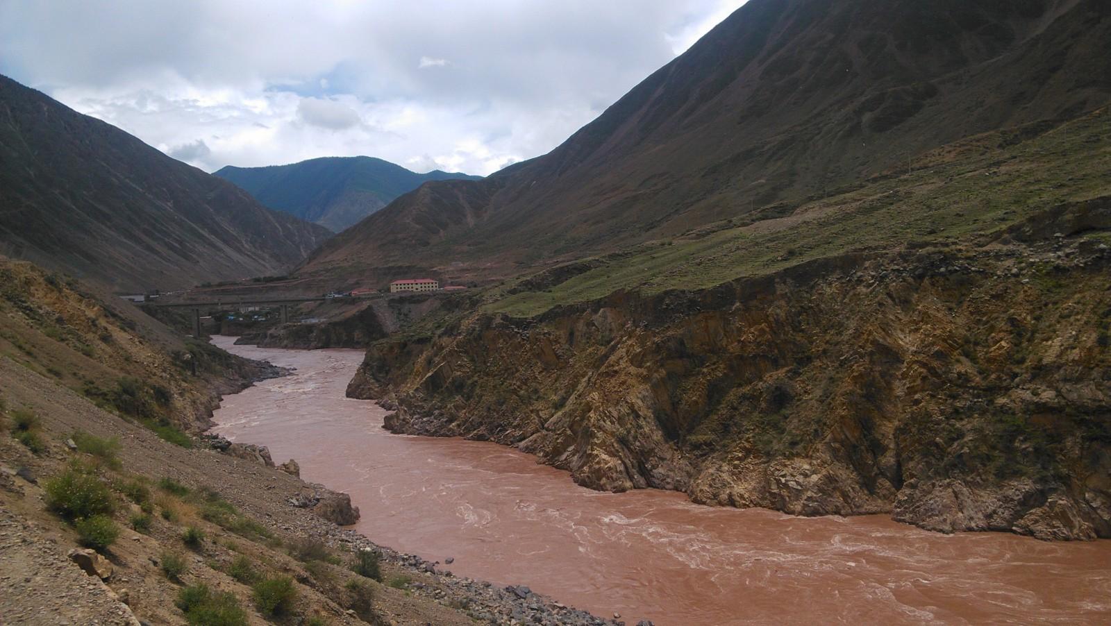 如美镇竹卡大桥,这河流水也不知道能不能处理了来喝哦