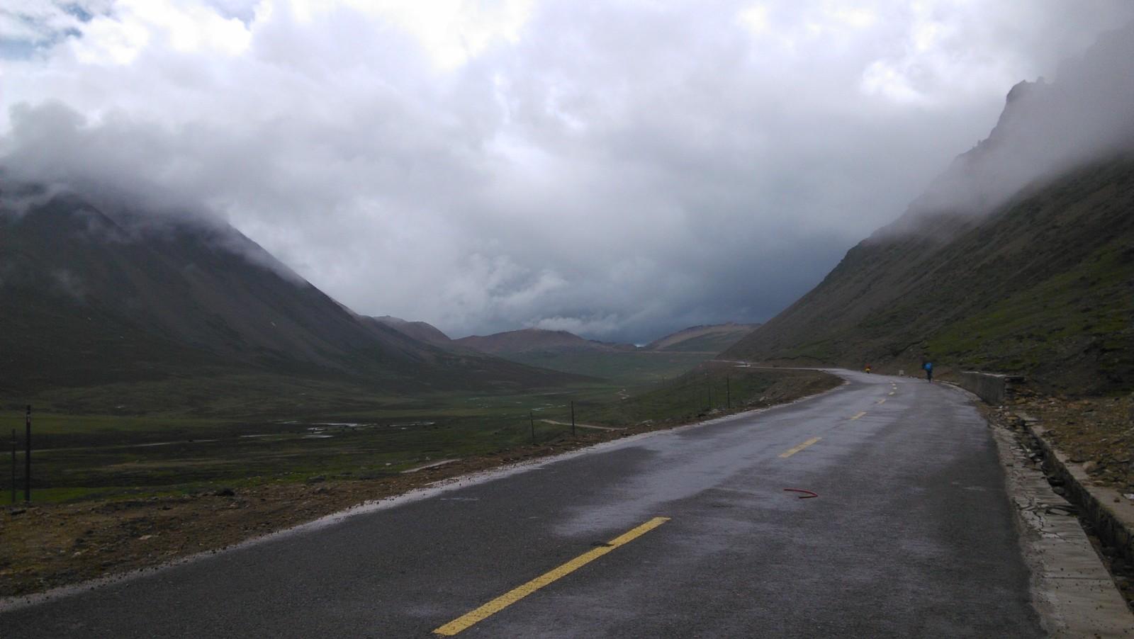 东达山就在前方十多公里的地方,天还在下着雨,特别的冷