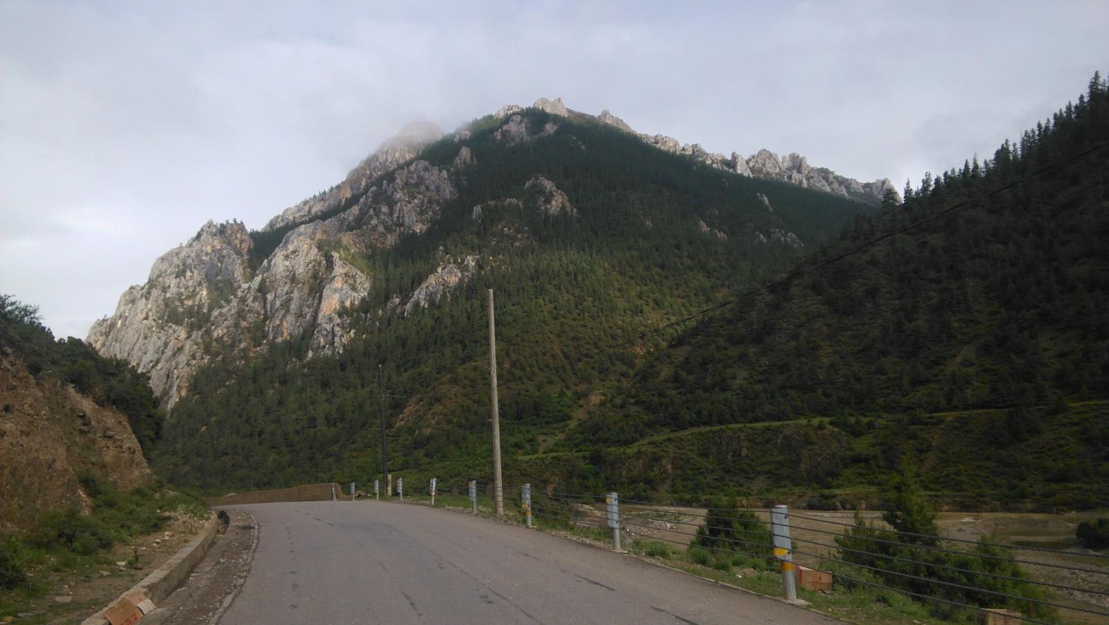 山顶的奇石,左贡这儿比较有名的就是这种石头