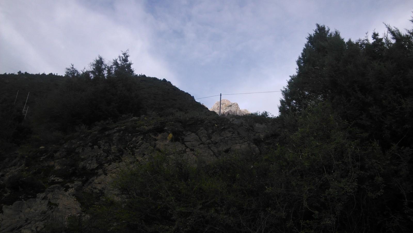 远远的还有一座很高的山,山顶也是这样的
