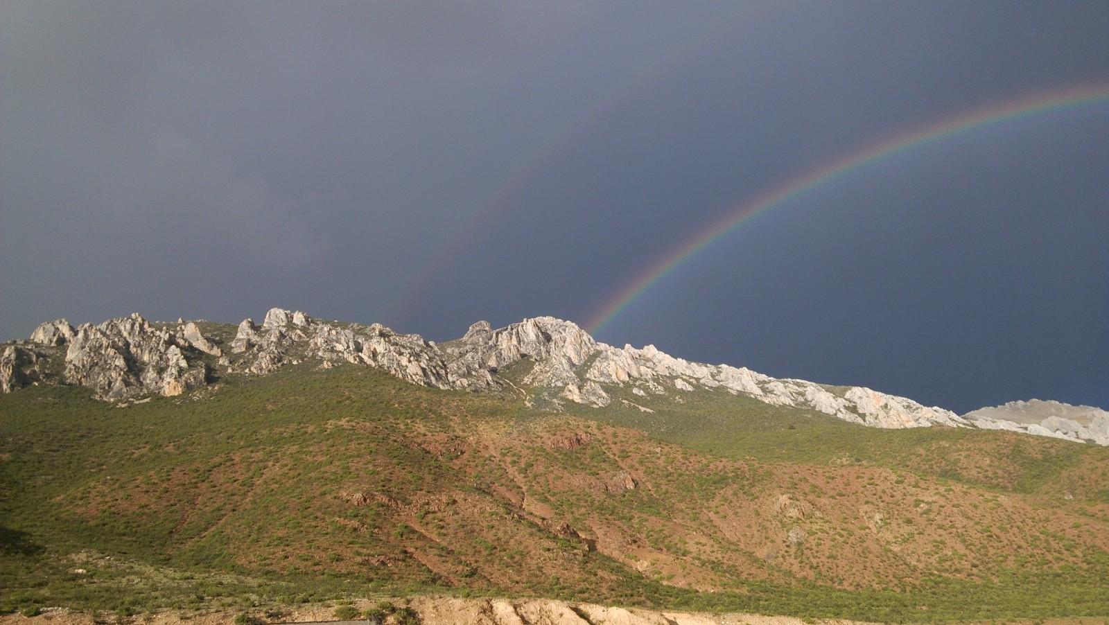 彩虹直通向了对面的石山