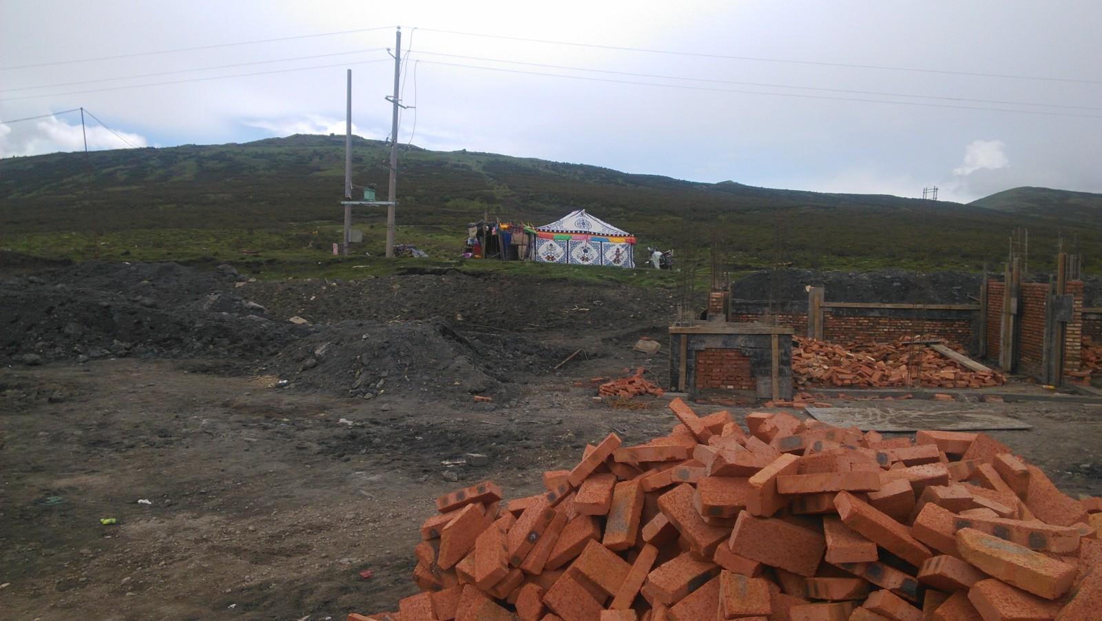 他们要修一间屋子,这火砖跟我们老家的一样呢