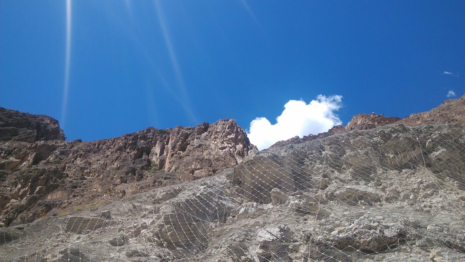 山上的石头被铁丝网网着
