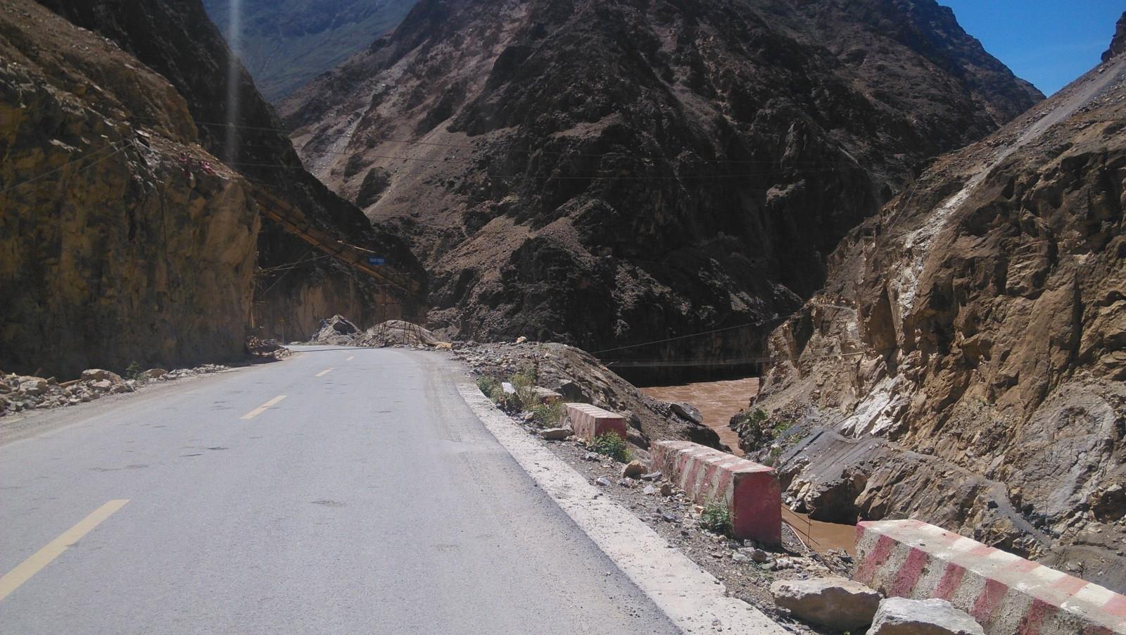 因为山上经常掉石头下来,于是用这样的斜桥搭着
