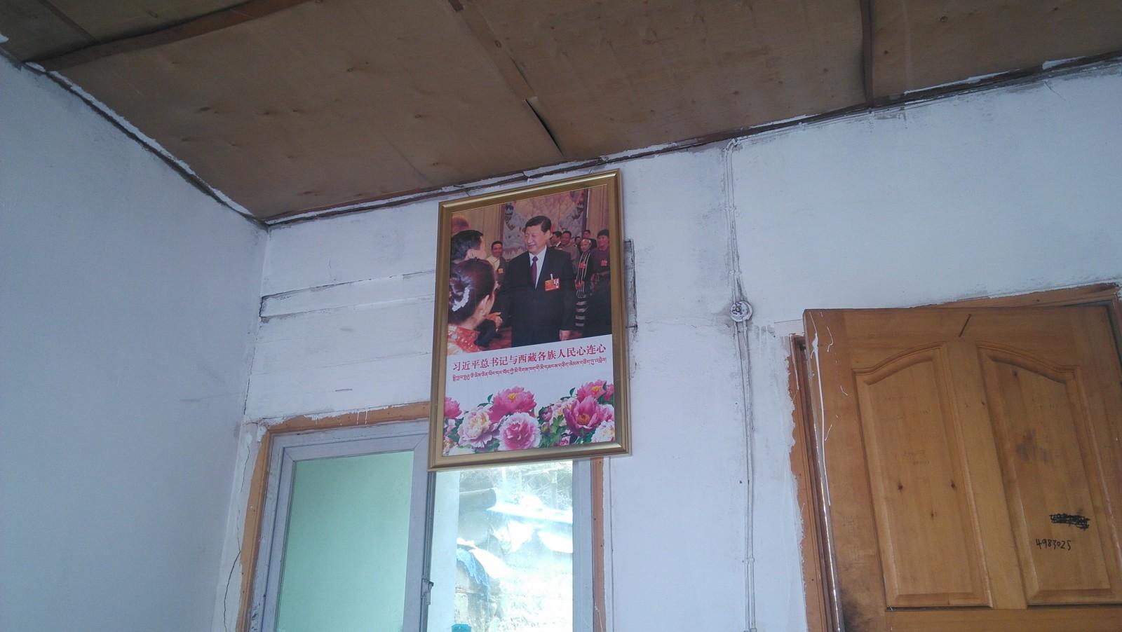 饭馆里贴着总书记的照片,内地没见过这种,这样的照片跟藏人家里悬挂的达赖的照片风格一模一样