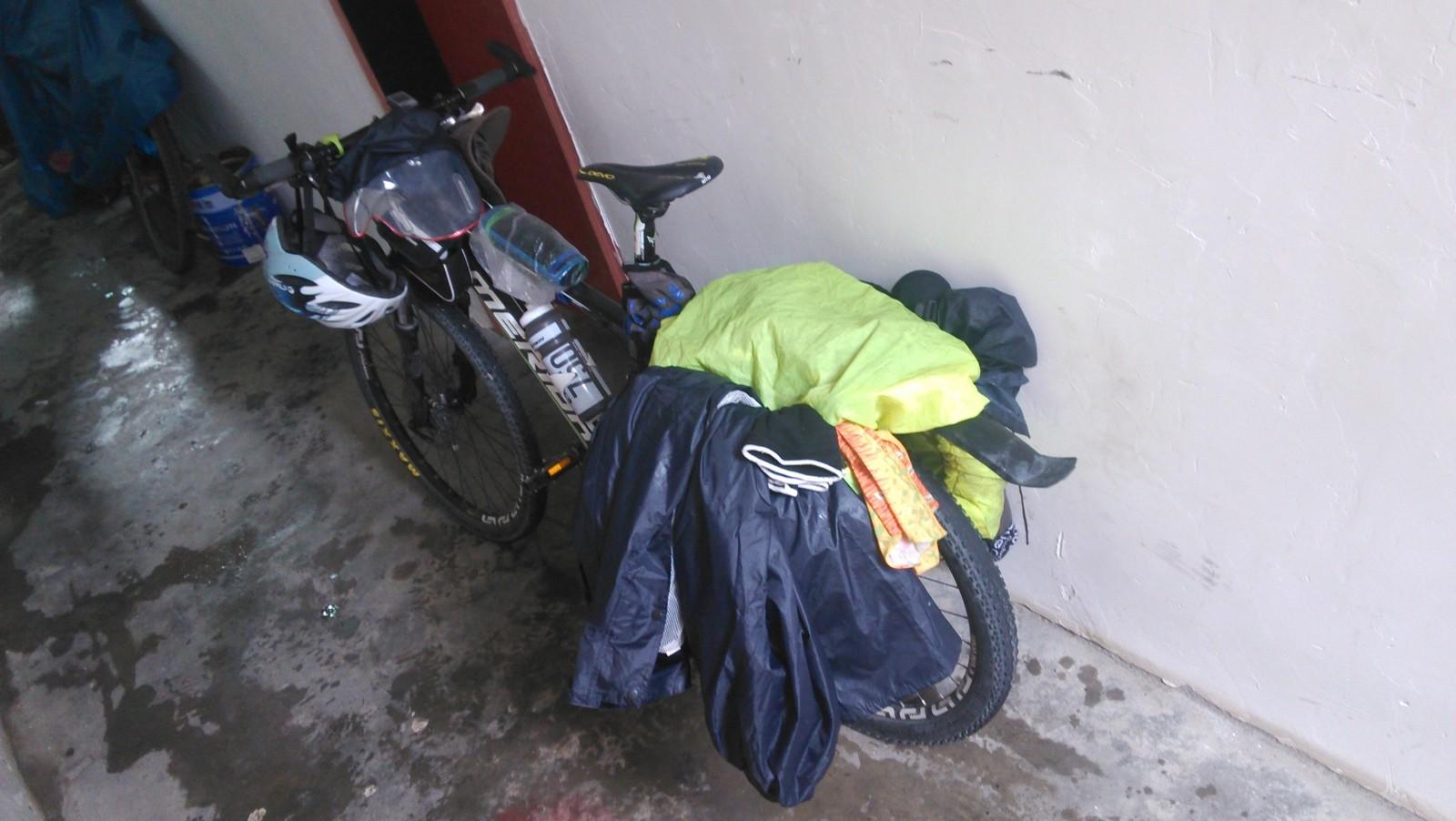衣物都弄出来吹一吹吧,虽然可能没什么效果,整个陀包都湿了,变重了好多-_-||