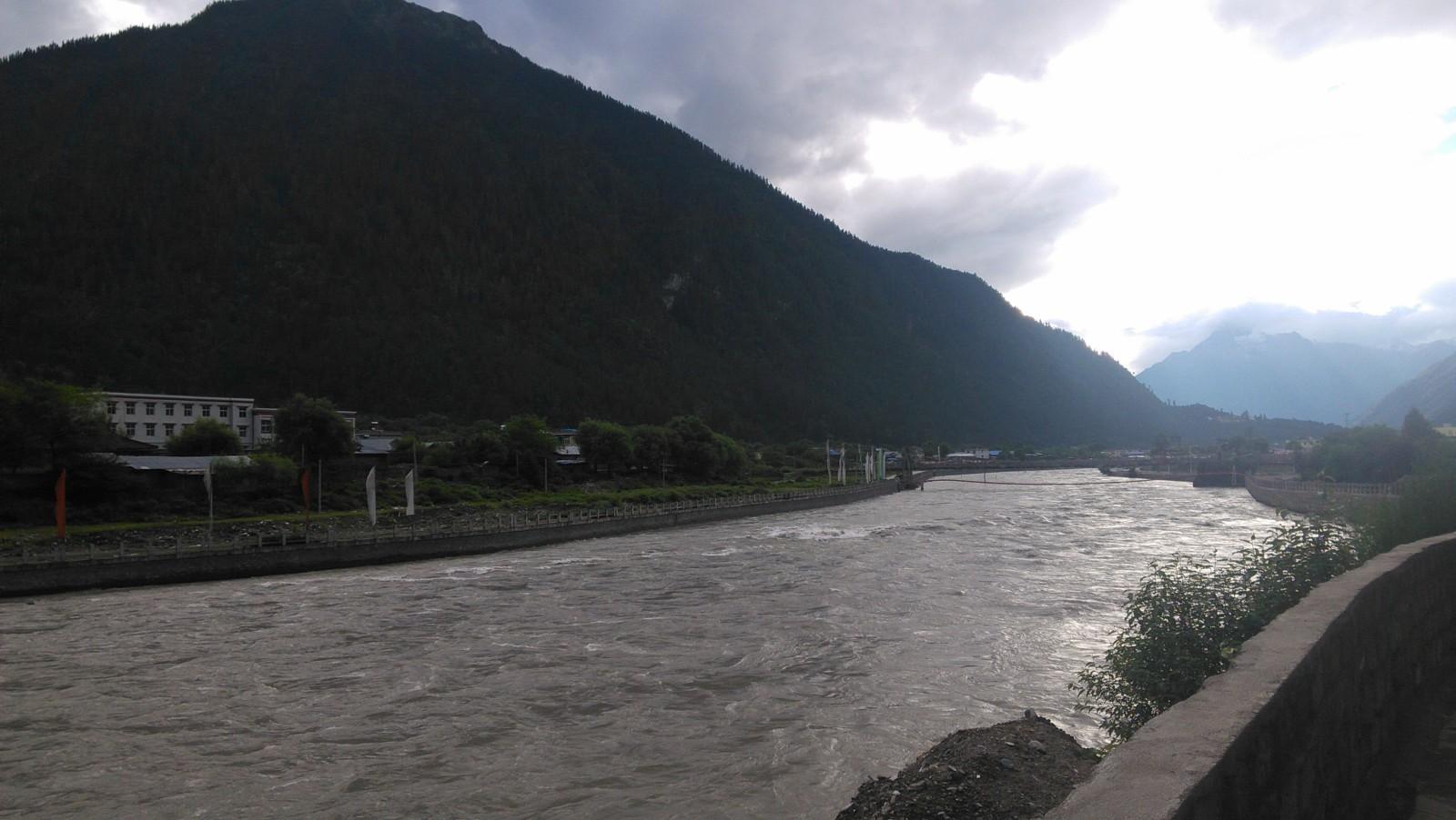 河流让整个县城更有生机,波密好大吖,风景好美