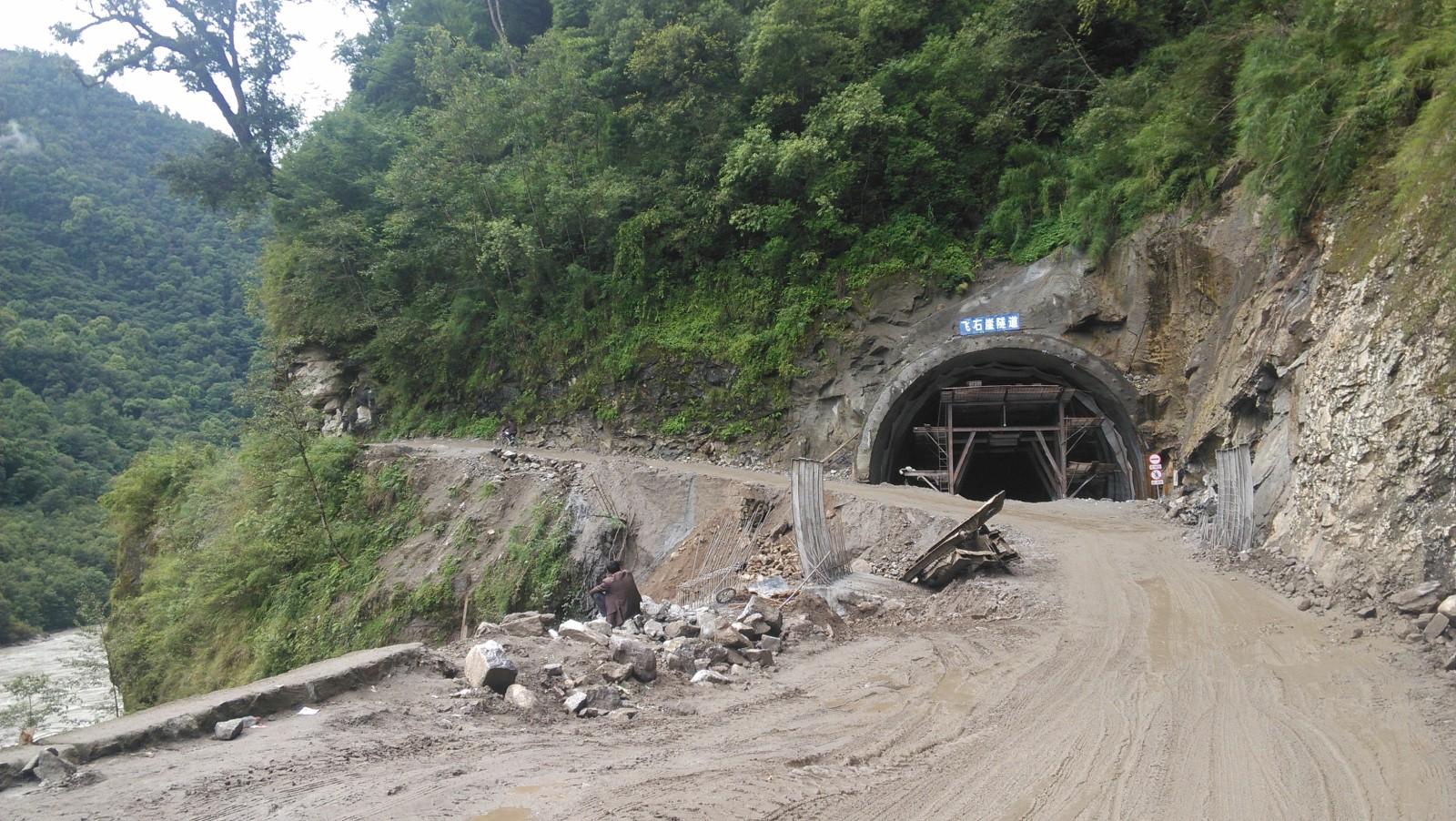 隧道正(2014-07-27)在修建,现在还是得走旁边的小路
