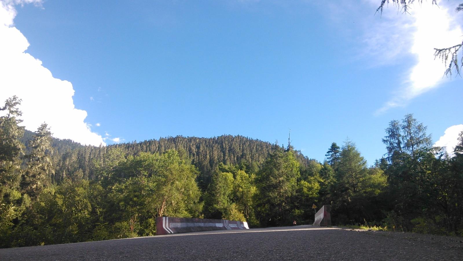 蓝蓝的天白白的云,黑黑的柏油路