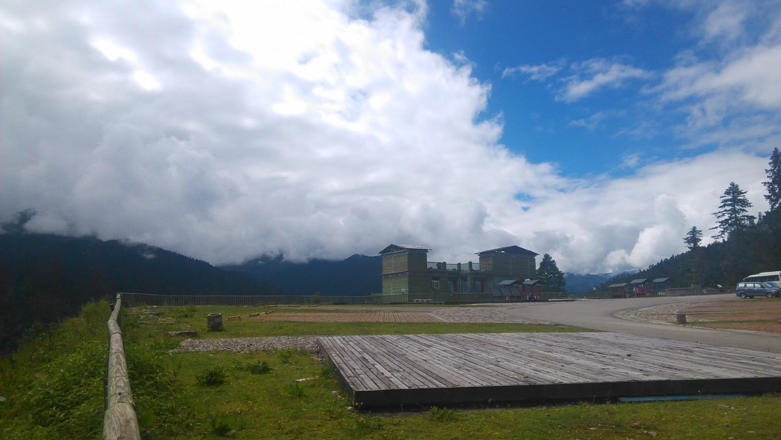 观景台,山的对面在下雨,这边是蓝天白云
