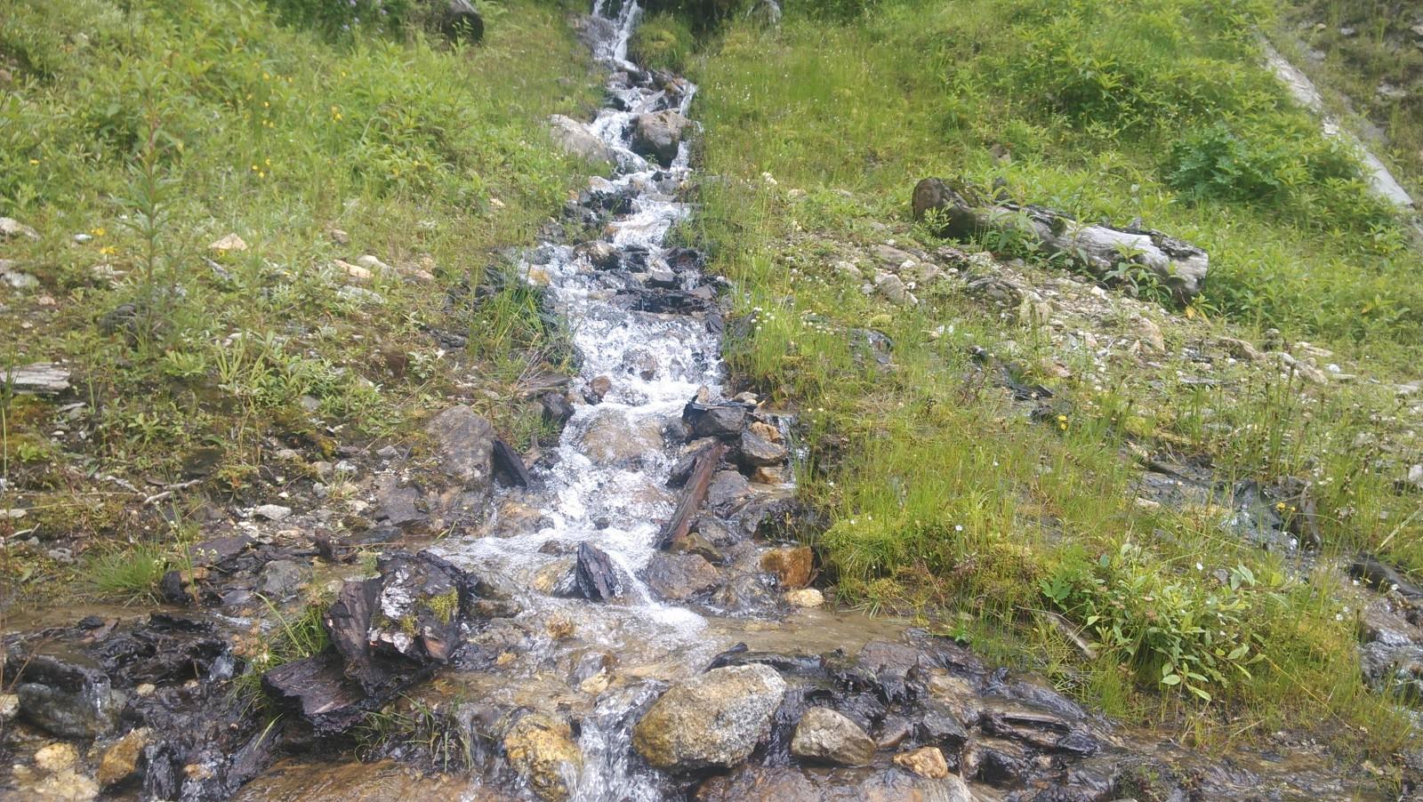 山上有小溪流下來