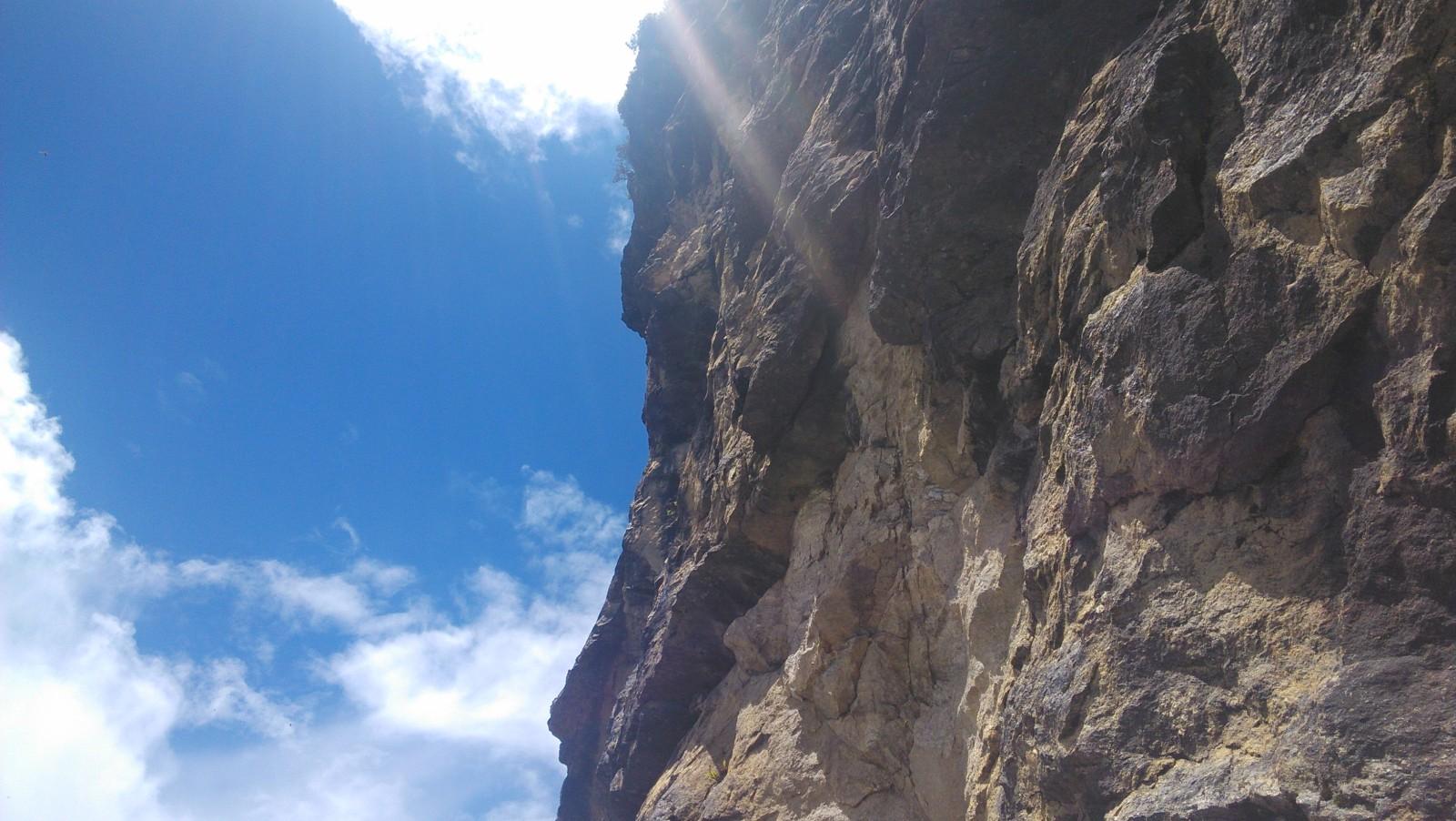 转过山头;一半是悬崖,一半是蓝天
