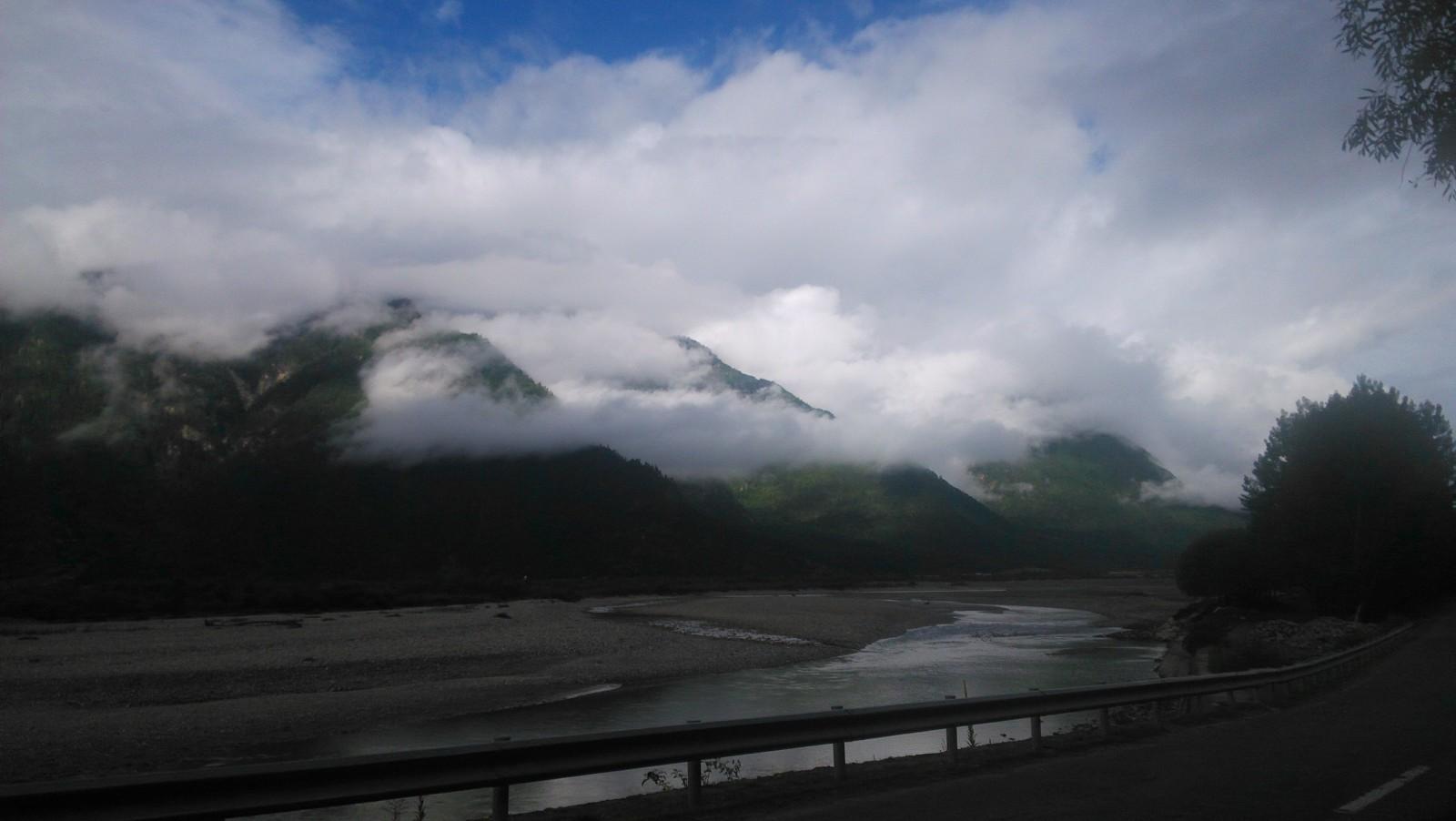 去公布江达啦~与云雾和蓝天白云同行